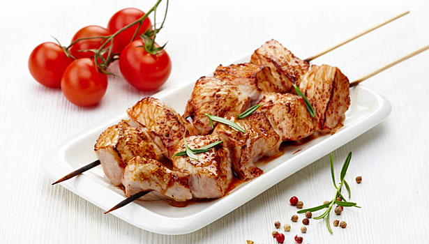 chicken on skewers, tomatoes